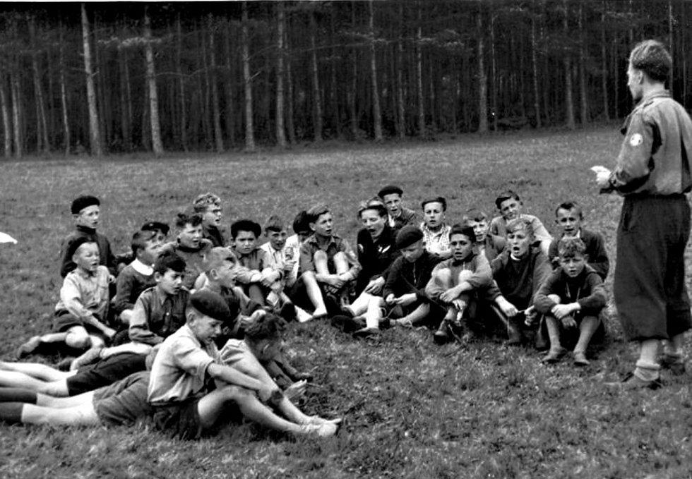 Hudlické děti na letním táboře v roce 1960.