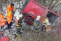Řidič spadl z dvacetimetrového srázu