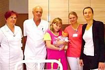 V HOŘOVICKÉ porodnici U Sluneční brány se v srpnu narodilo letošní tisící miminko. Šťastnou maminkou se stala Veronika Sýkorová z Prahy (uprostřed), která přivedla na svět dceru Michaelu Rytychovou. Ke gratulaci se připojili zástupci Nemocnice Hořovice