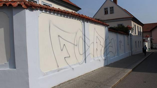 Malby na opravené zdi berounské fary.