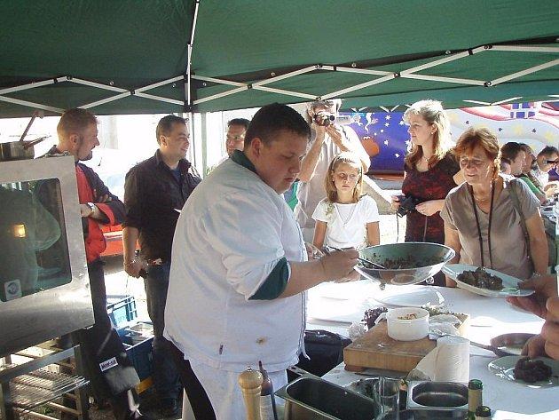 Návštěvníci kuchařského zápolení měli možnost ochutnat  speciality z jeleního, mufloního, daňčího nebo kančího masa.