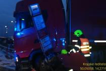Z nehody v Chrášťanech, při které se rozjel kamion a přimáčkl muže ke konstrukci autobusové zastávky.