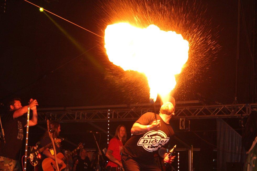 V sobotu se areál otevřel v deset hodin dopoledne a šňůra vystoupení odstartovala a dále rozjela Vypsaná Fixa, Pražský výběr, Hentai Corporation, ale také například Majk Spirit + General Foxx. Ve 23 hodin hudebním vystoupením se svými fanoušky oslavila 20