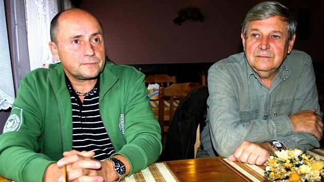 Zpěvák a kapelník Vodáků Petr Hašler s kytaristou Láďou Novákem.