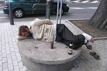 Opilí bezdomovci jsou na Náměstí Marie Poštové v Berouně na denním pořádku