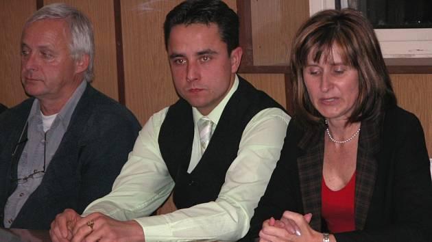 NOVÝ STAROSTA. Tím se stal Vít Šťáhlavský, který na snímku sedí vedle bývalé starostky Sylvy Škardové.
