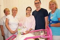 JUBILANTCE EMMIČCE a jejím rodičům, mamince, pětadvacetileté Kristýně Taclíkové a tatínkovi Jakubovi Taclíkovi z nedaleké Chyňavy, přišli popřát zástupci vedení hořovické nemocnice