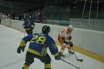 Králodvorští hokejisté (v bílém) si lehce poradili s Neratovicemi.