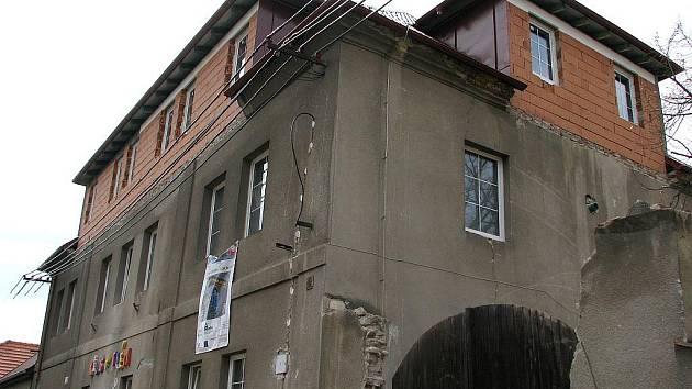 Farní charita Beroun přestavuje bývalou lochovickou faru na azylový dům