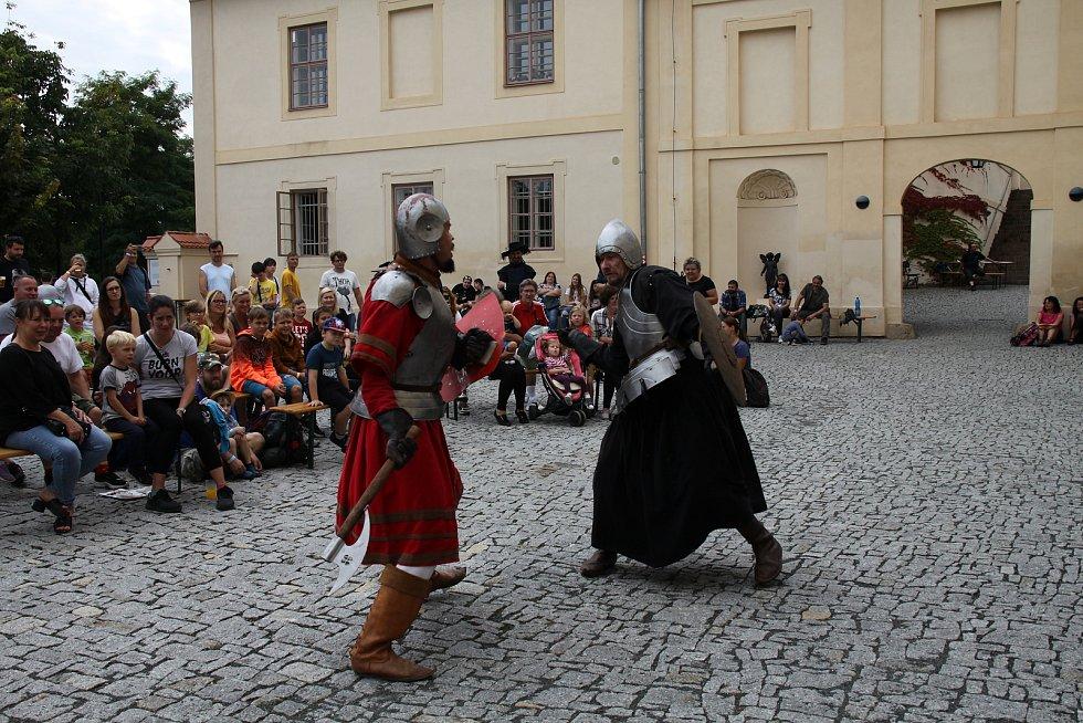 Ze šermířského setkání na zámku Nižbor.