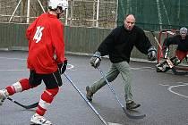 Nižborská hokejbalová liga, produktivní Bohouš Gotthard najíždí na obránce Diabla Petra Sedláčka.