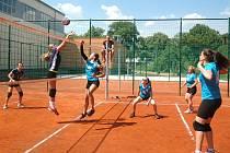 Volejbalistky Spartaku Hořovice (v tmavším) v dvojutkání krajského přeboru II. třídy dokázaly s týmem Vavřinec Kladno zvítězit v obou zápasech - 3:0 a 3:1.