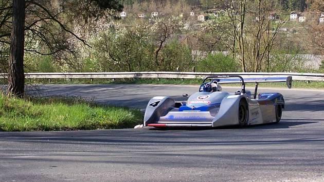 Jeden ze závodníků ve svém voze.