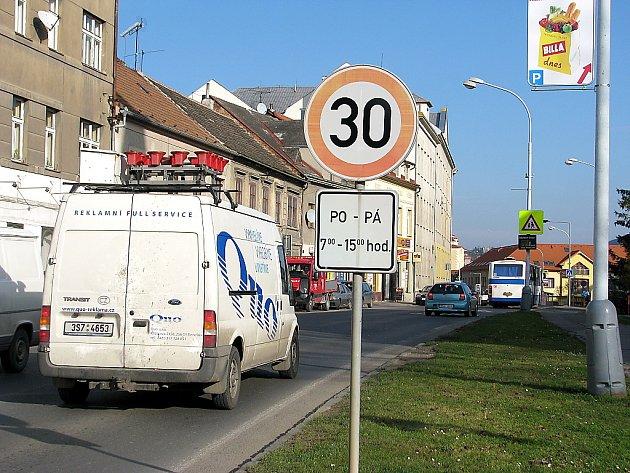 Plzeňská ulice v Berouně je frekventovaná, někteří řidiči si ji pletou se závodištěm