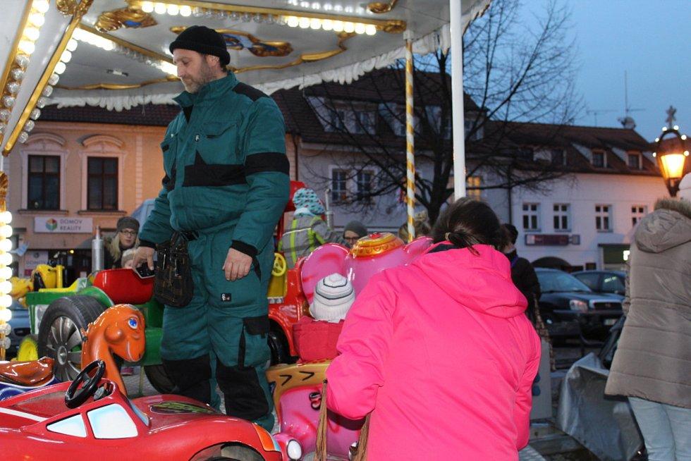 Na Husově náměstí v Berouně v pondělí zazpívaly děti Základní umělecké školy Václava Talicha vánoční koledy.