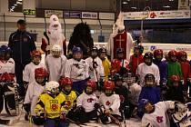Mikuláš s čertem nadělovali malým hokejistům.