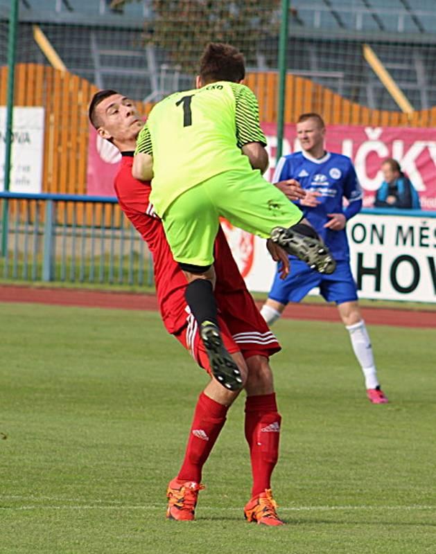 VÝŠKOVOU převahu hráčů Tachovu, která byla jedním z rozhodujících článků porážky Hořovicka, přibližuje souboj Jana Šuberta (v modrém) s domácím Martinem Knakalem.