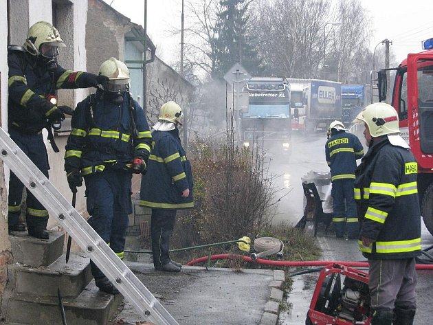 Hořící dům vybydleli bezdomovci