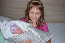 Šťastná Lucinka (8) chová v náručí svoji sestřičku Julii, která přišla na svět 19. srpna 2019 s váhou 3,29 kg a mírou 49 cm. Manželé Radka a Jiří Salajovi si své druhorozené štěstí, dcerku Julinku, odvezli domů do Králova Dvora.