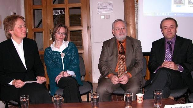Tiskové konference Farní charity se zúčastnili také senátor Jiří Oberfalzer a místostarosta Berouna Tomáš Havel