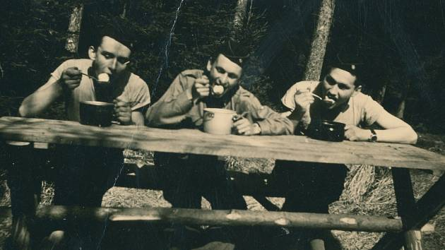 Junák Komárov (1945 - 1948). Výprava na Tok (1946): Horákova chata - soutěž v pojídání švestkových knedlíků. Na fotografii: Josef Krupička (vlevo), Miloslav Mraček (vpravo).