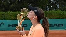 Jesika Malečková se laská s trofejí z Jablonce.