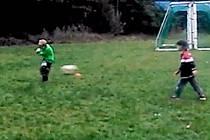 Kluci hrají fotbal i přesto, že na hřišti se hraje divize