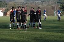 Komárovští fotbalisté (v černém) si lehce poradili s posledními Petrovicemi.