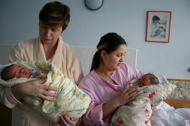 Dana Procházková ze Zdic (vlevo) porodila syna Jakuba několik hodin po silvestrovské půlnoci. Toho, že přišla o několik tisíc korun na porodném, nelituje