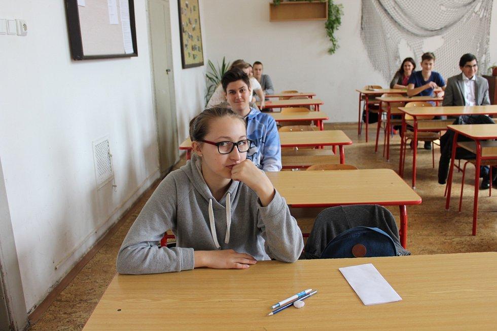 V berounském regionu ve středu začalo první kolo přijímacích zkoušek na střední školy. V berounské obchodní akademii a pedagogické škole včera usedlo k písemným zkouškám celkem 183 dětí.
