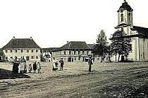 Obyvatelé Žebráku na náměstí v roce 1912.