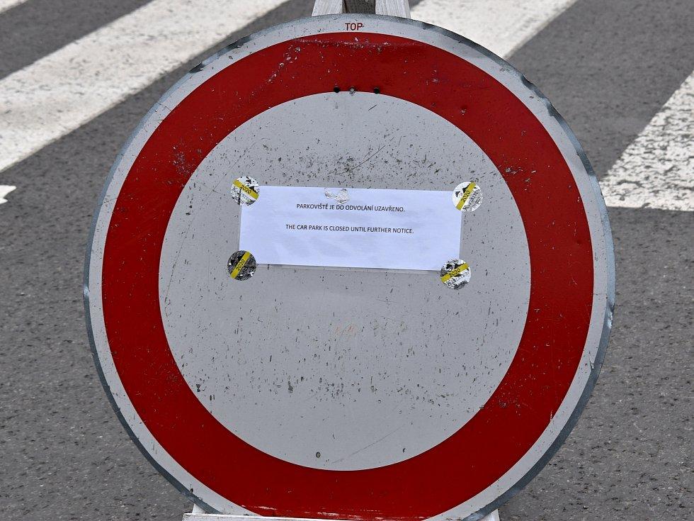 Centrální parkoviště v Karlštejně je až do odvolání uzavřené.
