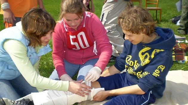 Účastníci oblastního kola soutěžili v družstvech po pěti členech a plnili úkoly v rámci poskytování první pomoci.