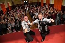 Králodvorské čaje pro seniory: z vystoupení kapely Duo Jamaha v sokolovně v Králově Dvoře.