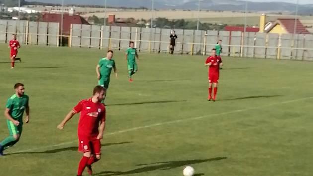 Komárovští fotbalisté (v červeném) zdolali celek Podlesí.