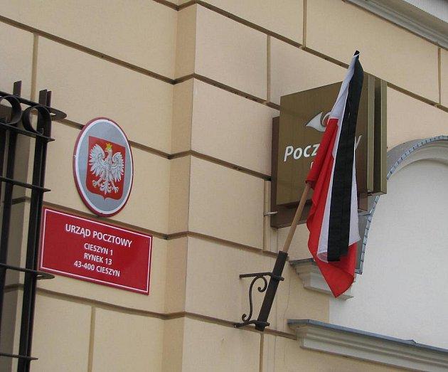 Polsko ovládl smutek. Vlajky na veřejných budovách jsou na půl žerdi nebo jsou opatřeny černou stuhou