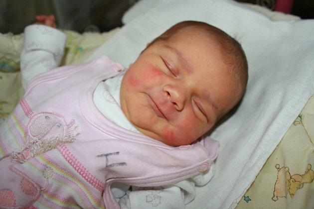 S pěknou váhou 3,97 a mírou 52 cm přišla na svět v pondělí 31. prosince 2012 Adélka Benedová, dcerka manželů Katky a Tomáše. Rodiče si své silvestrovské miminko odvezou z porodnice do Prahy 10.