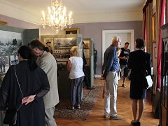 Expozice je plná dobových fotografií, artefaktů a textů.