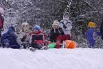 Sníh dokázal potěšit především děti.