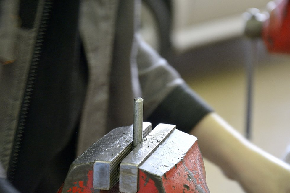Z odborného výcviku na Středním odborném učilišti Beroun-Hlinky: příprava závitu.