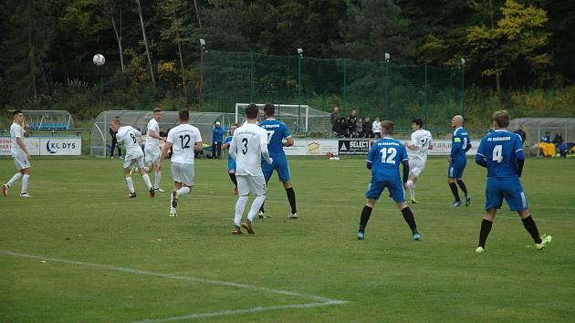 Fotbalisté Hořovicka (v modrém) slavili výhru nad Mariánkami.