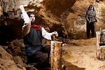 Penězokazci ve svrchním patře Koněpruských jeskyní.