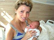 MAMINKA Lucia Pavlíčková z Jinec chová v náručí dceru Rozálii, která se jí narodila 12. srpna 2017 s váhou 3,21 kg a mírou 48 cm. Kočárek s Rozárkou budou vozit tatínek Filip a bráška Šimonek (4) Pavlíčkovi.