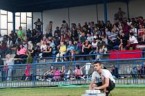 Promítání na fotbalovém stadionu králodvorských Cábelíků.