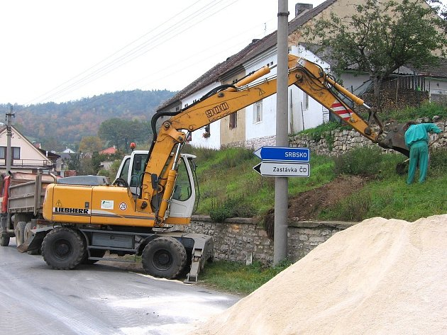 V ulicích Tetína pracuje těžká technika. Bez ní se výkopy pro výstavbu kanalizace neobejdou
