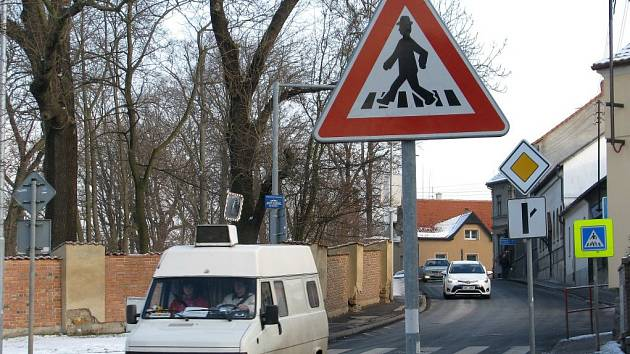 Přechod v hořovické Pražské ulice u zámecké zdi je podle chodců nebezpečný. Město připravuje nápravu.