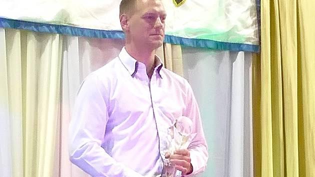 Zdeněk Liehne s trofejí za třetí místo.