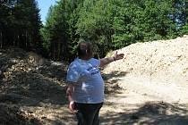 V Chaloupkách zůstávají hromady hlíny ze stavby přehrady.