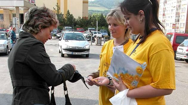 Květy měsíčku lékařského včera v ulicích Berouna prodávaly většinou studenti z místních středních škol. Květina stála dvacet korun.