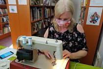 Ve 'švadleny' se proměnili zaměstnanci hořovického informačního centra a městské knihovny. Ve svých prostorách vyrábějí ochranné roušky.